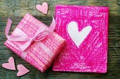 Le fond de Valentine avec un cadeau et une carte Photographie stock