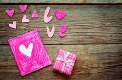 Le fond de Valentine avec un cadeau et une carte Photos stock