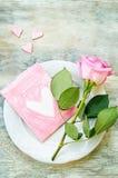 Le fond de Valentine avec une fleur et une carte Photos libres de droits