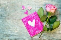 Le fond de Valentine avec une fleur et une carte Photographie stock