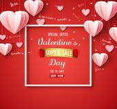 Le fond de vente de jour de valentines avec le rose a plié le ballon de papier de forme de coeur sur le contexte rouge Photos stock