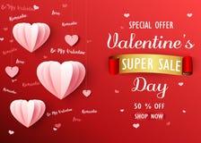 Le fond de vente de jour de valentines avec le rose a plié le ballon de papier de forme de coeur sur le contexte rouge Image libre de droits
