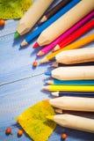 Le fond de vintage a coloré la table de bleu de fruits d'automne de crayons Images stock