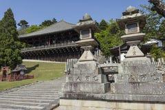 Le fond des étapes entrant Nigatsu-font Hall sur le temple de Todai-JI Image stock