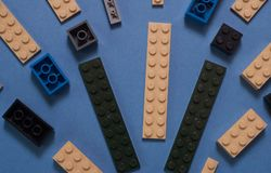 Le fond des blocs constitutifs en plastique colorés aléatoires, Photographie stock libre de droits