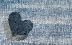 Le fond des deux coeurs de denim se trouvent sur le bleu texturisé à la mode f Photos libres de droits