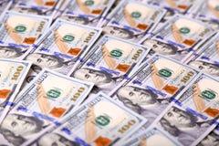 Le fond des nouvelles factures de cent-dollar des États-Unis a mis dans le circula Photographie stock