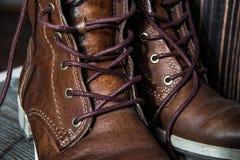 Le fond des paires ou de la vue haute étroite de couples de nouvelles chaussures propres sèches en cuir brunes d'homme ou de femm Images libres de droits