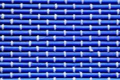 Le fond des tapis bleus lumineux, blanc onduleux contrastant tressé filète Image stock