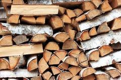 Le fond du bois de chauffage coupé ouvre une session une pile Photos stock