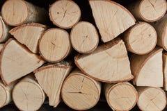 Le fond du bois de chauffage coupé sec ouvre une session une pile Texture en gros plan Image stock