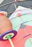 Le fond du cerf-volant indien coloré avec des fils a appelé Manjha Photos stock