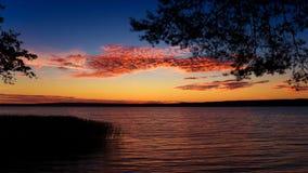 Le fond du coucher du soleil au-dessus du lac photographie stock