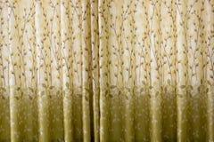 Le fond du modèle a barré le rideau en tissu dans le contre-jour Image stock