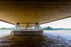 Le fond du pont du trafic de Moerdijk A16 aux Pays-Bas Photo stock