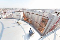 Le fond du réservoir de stockage de pétrole dans le ciel bleu Image stock