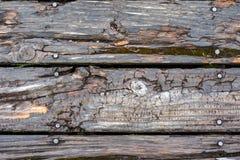 Le fond du vieux bois superficiel par les agents de grange avec le clou se dirige Photo stock
