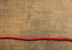 Le fond en bois âgé a séparé par la rayure rouge Image libre de droits