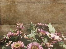 Le fond en bois avec la marguerite fleurit la couleur de filtre de vintage de bouquet Images stock