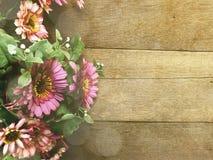 Le fond en bois avec la marguerite fleurit la couleur de filtre de vintage de bouquet Image libre de droits