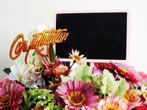 Le fond en bois avec la marguerite fleurit la couleur de filtre de vintage de bouquet Photos stock