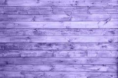 Le fond en bois de panneau, couleur ultra-violette, empilent horizontal pour montrer la texture de grain comme forestier décorati Photographie stock