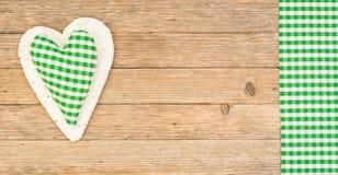 Le fond en bois rustique avec le vert a vérifié l'espace de coeur et de copie Images stock