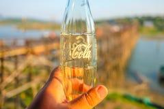 Le fond en verre de coca-cola sur la vue de pont de lundi dans Sangkhla Buri images stock