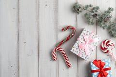 le fond enferme dans une boîte le blanc de cadeau Photo stock