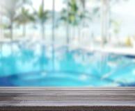 Le fond et la piscine en bois 3d de dessus de Tableau rendent Image stock