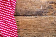 Le fond fait à partir de la serviette à carreaux sur la vieille table en bois Photos libres de droits