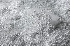 le fond a fait du lingot argenté dans les pièces en argent image libre de droits
