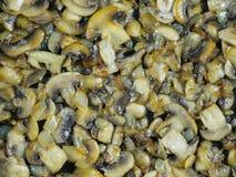 Le fond finement de la coupe a fait frire des champignons aux oignons en huile d'olive Image libre de droits
