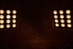 Le fond foncé avec des projecteurs Copiez l'espace photo libre de droits