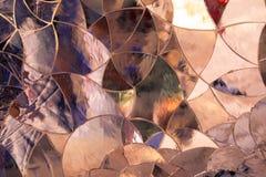 Le fond a formé par les morceaux en verre colorés jointifs ensemble comme a Photo stock