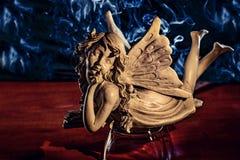 Le fond fumeux est une statue d'ange Images stock