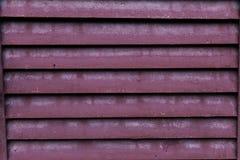 Le fond géométrique lumineux d'Abstract de barrière grise et orange de zinc, lignes inclinées, a barré la texture Photos libres de droits