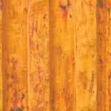 Le fond grunge jaune de récipient de fret maritime, modèle ondulé rouillé foncé, revêtement rouge d'amorce, verticale s'est rouil Photo libre de droits