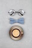 Le fond heureux de jour de pères avec la tasse de café de matin, les verres et le bowtie sur la vue supérieure grise en pierre de Images libres de droits
