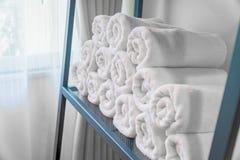 Le fond intérieur brouillé de salle de bains et les serviettes blanches de station thermale courtisent dessus images stock