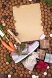 Le fond néerlandais de Sinterklaas de vacances avec la chaussure des enfants avec des carottes pour Santa, cheval, pepernoten et  photographie stock libre de droits