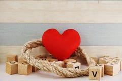 Le fond rouge de concept de jour du ` s de valentine de symbole de coeur avec des fleurs decorationred le fond de concept de jour Images stock