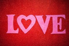 Le fond scintillant rouge avec les lettres roses, amour, jour du ` s de Valentine, donnent au fond une consistance rugueuse abstr Images libres de droits