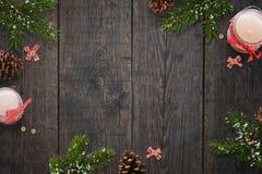 Le fond simple de Noël avec des bougies dans le pot et le sapin s'embranche Photo libre de droits