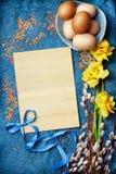 Le fond vide de Pâques avec les oeufs et le ressort de pâques fleurit photos stock