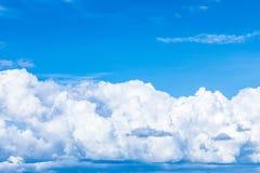 Le fond vif de ciel ou de ciel avec les nuages blancs sous les rayons du soleil image stock