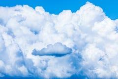 Le fond vif de ciel ou de ciel avec les nuages blancs sous les rayons du soleil photographie stock libre de droits