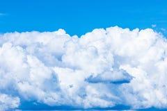 Le fond vif de ciel ou de ciel avec les nuages blancs sous les rayons du soleil photographie stock