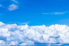 Le fond vif de ciel ou de ciel avec les nuages blancs sous les rayons du soleil photo stock