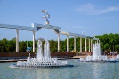 Le fontane nel centro di Taškent Immagini Stock Libere da Diritti